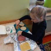 2a przygotowuje jesienne kanapki (19.11.2019)