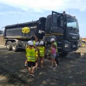 2c ogląda maszyny budowlane w Strzeszkowicach (14.06.2019)