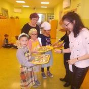Klasa 2a przygotowuje wiosenne kanapki (22.03.2016)