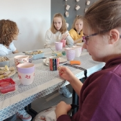 Klasa 7b na warsztatach zdobienia ceramiki (11.10.2021)