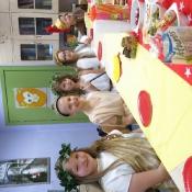 Klasa Vb przy stole z bogami starożytnej Grecji