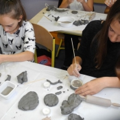 Kreatywne inspiracje naturą - warsztaty lepienia z gliny w klasie VI A 2015r._3