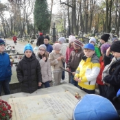 Listopadowa wizyta klas 3 na cmentarzu