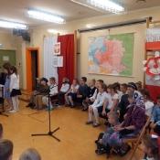 Dzieci z klas zerowych na akademii z okazji Dnia Niepodległości