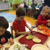 Dzieci z klasy 0c robią pyszne kanapki_1