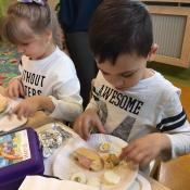 Dzieci z klasy 0c robią pyszne kanapki_2