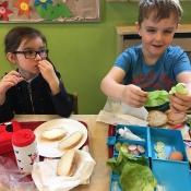 Dzieci z klasy 0c robią pyszne kanapki_4
