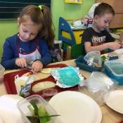 Dzieci z klasy 0c robią pyszne kanapki_5