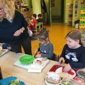Dzieci z klasy 0c robią pyszne kanapki_7