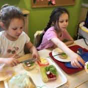 Dzieci z klasy 0c robią pyszne kanapki_9