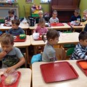 Dzieci z klasy 0b robią kanapki