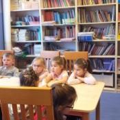 Klasy zerowe na lekcji w bibliotece szkolnej