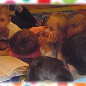 Żabki czytają z mamą Marysi