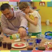 Żabki eksperymentują z tatą Oli_11
