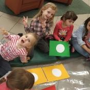 Biedronki i Żabki badają sekrety kropki w Bibliotece _10