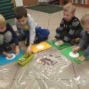 Biedronki i Żabki badają sekrety kropki w Bibliotece _12