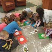 Biedronki i Żabki badają sekrety kropki w Bibliotece _13