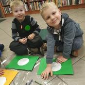 Biedronki i Żabki badają sekrety kropki w Bibliotece _15