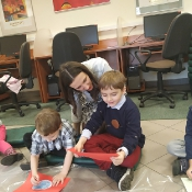 Biedronki i Żabki badają sekrety kropki w Bibliotece _17