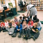 Biedronki i Żabki badają sekrety kropki w Bibliotece _3