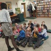 Biedronki i Żabki badają sekrety kropki w Bibliotece _5