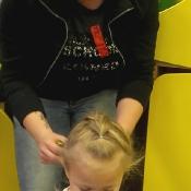 Fryzjerskie spotkanie Pszczółek z mamą Laurki_11