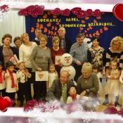 Pędzą wnuki ulicami z ogromnymi laurkami_38