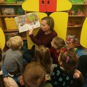 Poranne czytanie w Pszczółkach z mamą Julki