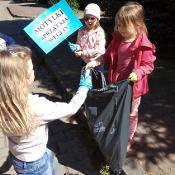 Przedszkolaki sprzątają Węglin_16