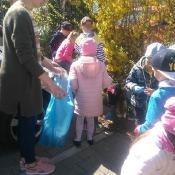 Przedszkolaki sprzątają Węglin_39