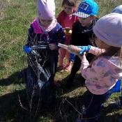 Przedszkolaki sprzątają Węglin_8