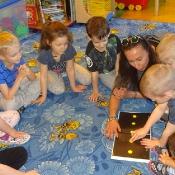 Pszczółki czytają z mamą Michałka_10