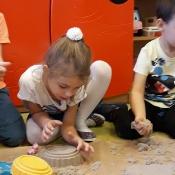 Zabawy Biedronek z piaskiem i gliną_10