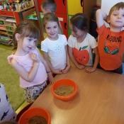 Zabawy Biedronek z piaskiem i gliną_12