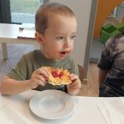 Jeżyki pieką pizzę. Mniam!