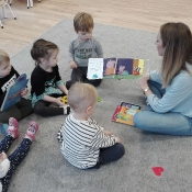 Skrzaty czytają z mamą Amelki_5