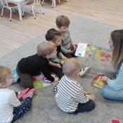 Skrzaty czytają z mamą Amelki_7